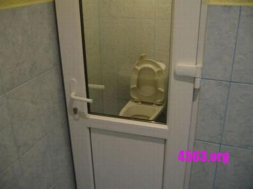 《趣圖一笑 - 外國fail design - 偷工減料的廁所門》